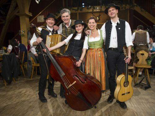 Wirtshausmusikanten Folge 34 Ausstrahlung voraussichtlich am 08.11.2015 Stubaier Freitagsmusig mit Wolfgang Binder (2.v.l.) und Traudi Siferlinger (2.v.r.)